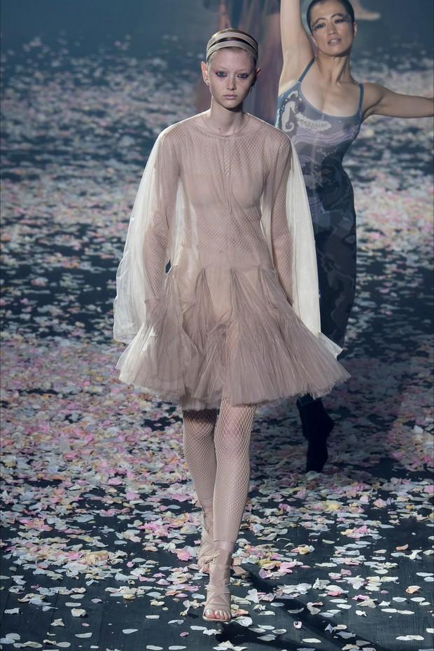 """Một chiếc váy 2 số phận: Song Hye Kyo sang chảnh như bà hoàng, Angela Baby lại bị ví như """"cá vàng bơi tung tăng"""" - Ảnh 6."""