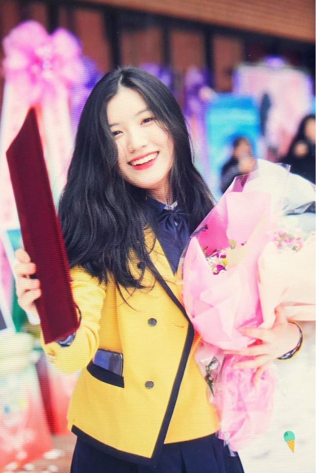 Lễ tốt nghiệp trung học của dàn idol Kpop: 2 mỹ nhân gây sốt vì quá xinh, học sinh phỏng vấn, chụp ảnh như đi sự kiện - Ảnh 1.
