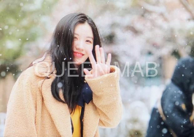 Lễ tốt nghiệp trung học của dàn idol Kpop: 2 mỹ nhân gây sốt vì quá xinh, học sinh phỏng vấn, chụp ảnh như đi sự kiện - Ảnh 3.