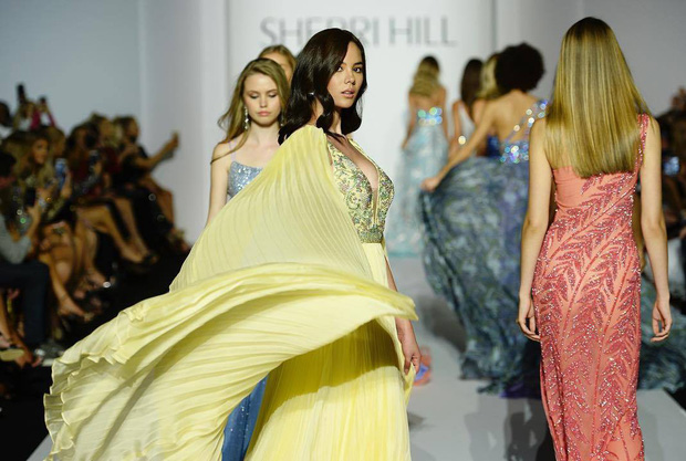Phốt lớn đầu năm: Hoa hậu Hoàn vũ 2018 bị tố mặc váy nhái đến New York Fashion Week - Ảnh 7.