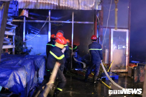 Bình Dương: 4 căn nhà cháy dữ dội, hàng trăm người dân ôm tài sản tháo chạy - Ảnh 2.