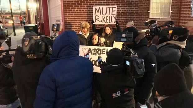 Danh ca I Believe I Can Fly R. Kelly bị tung thêm băng quay cảnh lạm dụng tình dục trẻ vị thành niên - Ảnh 3.