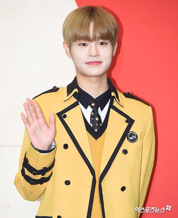 Lễ tốt nghiệp trung học của dàn idol Kpop: 2 mỹ nhân gây sốt vì quá xinh, học sinh phỏng vấn, chụp ảnh như đi sự kiện - Ảnh 6.