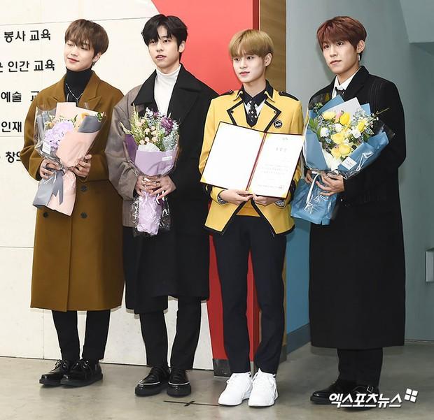 Lễ tốt nghiệp trung học của dàn idol Kpop: 2 mỹ nhân gây sốt vì quá xinh, học sinh phỏng vấn, chụp ảnh như đi sự kiện - Ảnh 7.
