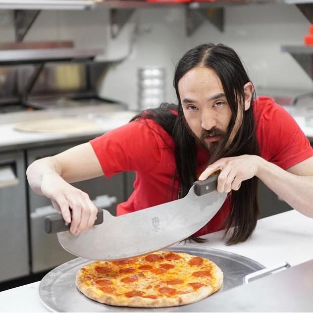 DJ Steve Aoki sở hữu hãng pizza riêng, tưởng làm lom dom cho vui hóa ra lại thành công bất ngờ - Ảnh 2.