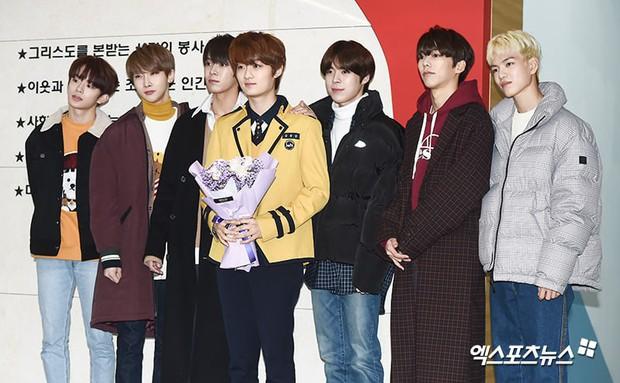 Lễ tốt nghiệp trung học của dàn idol Kpop: 2 mỹ nhân gây sốt vì quá xinh, học sinh phỏng vấn, chụp ảnh như đi sự kiện - Ảnh 16.