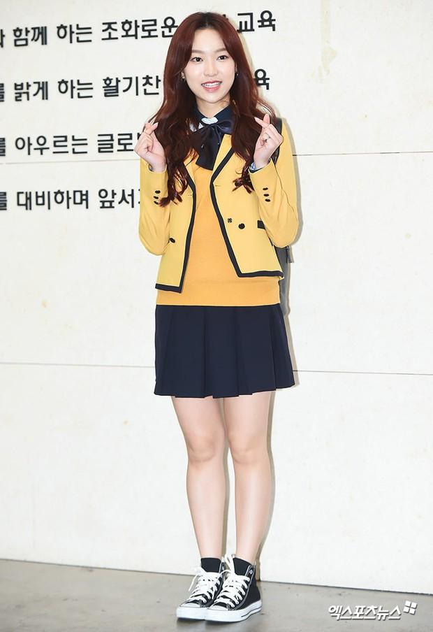 Lễ tốt nghiệp trung học của dàn idol Kpop: 2 mỹ nhân gây sốt vì quá xinh, học sinh phỏng vấn, chụp ảnh như đi sự kiện - Ảnh 17.