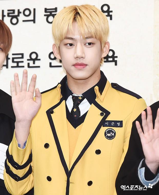 Lễ tốt nghiệp trung học của dàn idol Kpop: 2 mỹ nhân gây sốt vì quá xinh, học sinh phỏng vấn, chụp ảnh như đi sự kiện - Ảnh 19.