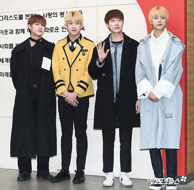 Lễ tốt nghiệp trung học của dàn idol Kpop: 2 mỹ nhân gây sốt vì quá xinh, học sinh phỏng vấn, chụp ảnh như đi sự kiện - Ảnh 20.