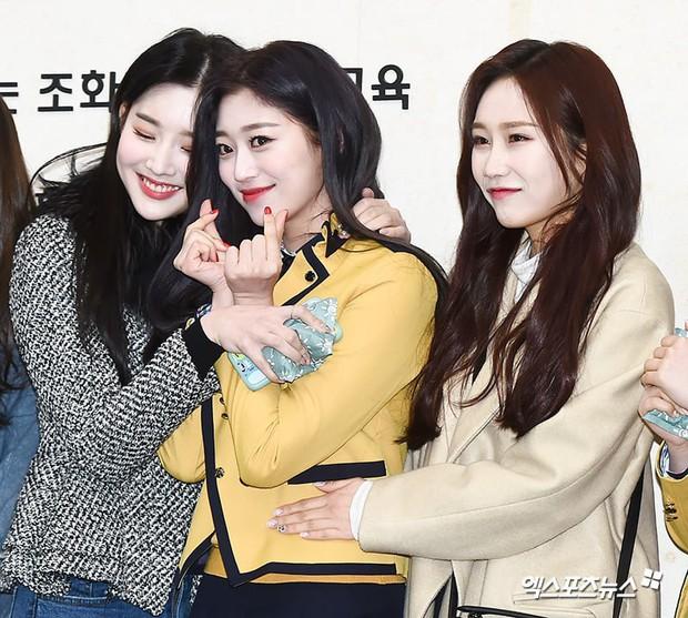 Lễ tốt nghiệp trung học của dàn idol Kpop: 2 mỹ nhân gây sốt vì quá xinh, học sinh phỏng vấn, chụp ảnh như đi sự kiện - Ảnh 21.