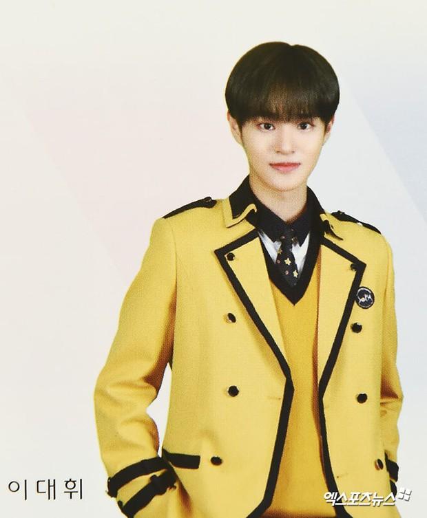 Lễ tốt nghiệp trung học của dàn idol Kpop: 2 mỹ nhân gây sốt vì quá xinh, học sinh phỏng vấn, chụp ảnh như đi sự kiện - Ảnh 8.