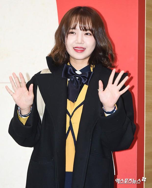 Lễ tốt nghiệp trung học của dàn idol Kpop: 2 mỹ nhân gây sốt vì quá xinh, học sinh phỏng vấn, chụp ảnh như đi sự kiện - Ảnh 9.
