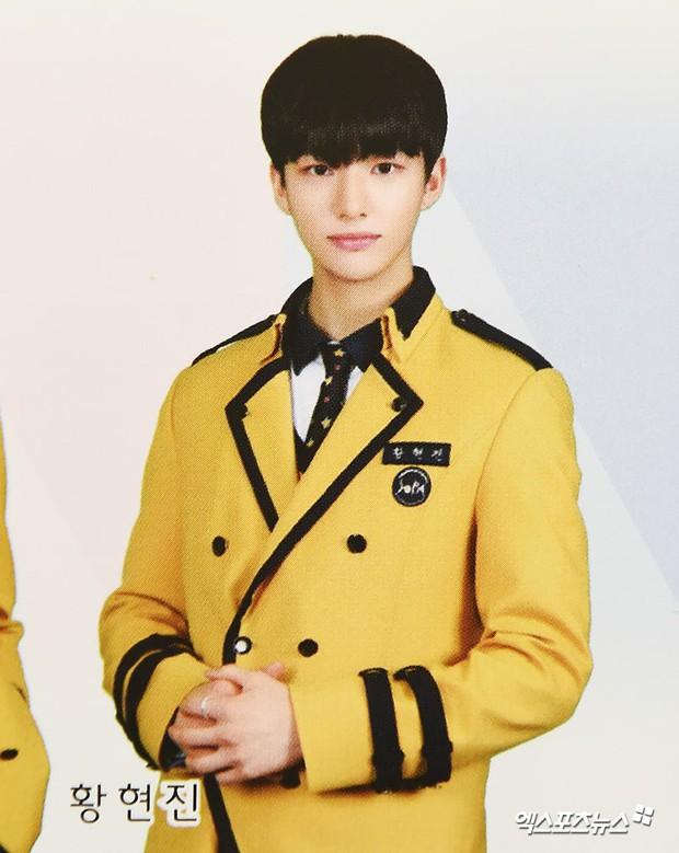 Lễ tốt nghiệp trung học của dàn idol Kpop: 2 mỹ nhân gây sốt vì quá xinh, học sinh phỏng vấn, chụp ảnh như đi sự kiện - Ảnh 10.