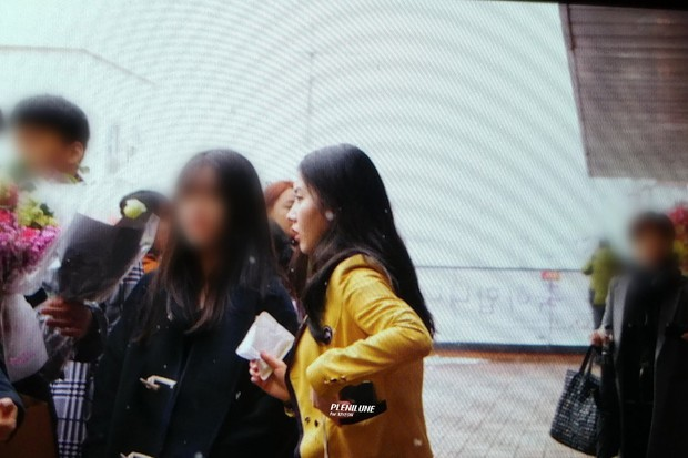 Lễ tốt nghiệp trung học của dàn idol Kpop: 2 mỹ nhân gây sốt vì quá xinh, học sinh phỏng vấn, chụp ảnh như đi sự kiện - Ảnh 2.