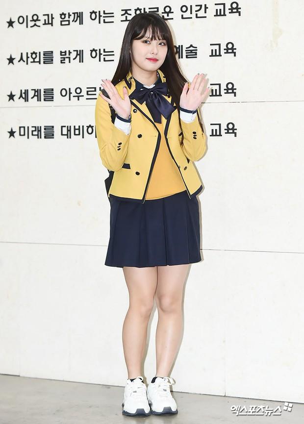 Lễ tốt nghiệp trung học của dàn idol Kpop: 2 mỹ nhân gây sốt vì quá xinh, học sinh phỏng vấn, chụp ảnh như đi sự kiện - Ảnh 12.