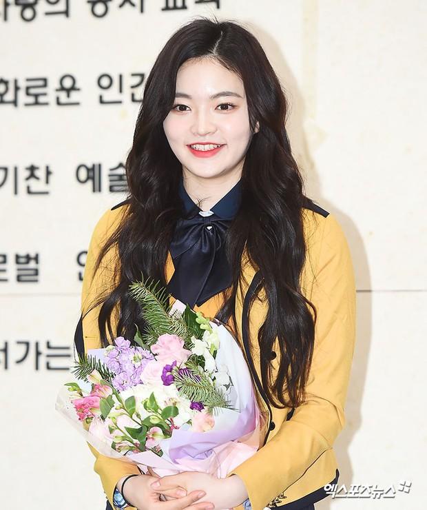 Lễ tốt nghiệp trung học của dàn idol Kpop: 2 mỹ nhân gây sốt vì quá xinh, học sinh phỏng vấn, chụp ảnh như đi sự kiện - Ảnh 14.