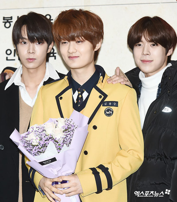 Lễ tốt nghiệp trung học của dàn idol Kpop: 2 mỹ nhân gây sốt vì quá xinh, học sinh phỏng vấn, chụp ảnh như đi sự kiện - Ảnh 15.
