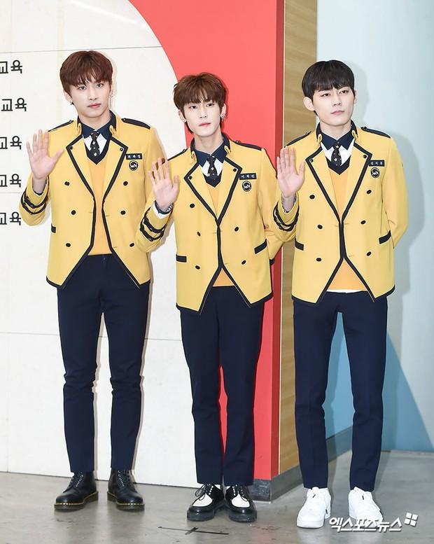 Lễ tốt nghiệp trung học của dàn idol Kpop: 2 mỹ nhân gây sốt vì quá xinh, học sinh phỏng vấn, chụp ảnh như đi sự kiện - Ảnh 13.