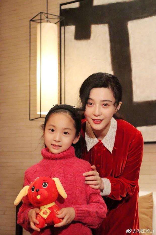 Cô em họ mới 10 tuổi của Phạm Băng Băng: Xinh như thiên sứ, còn thần thái đúng chất hậu sinh khả uý - Ảnh 1.