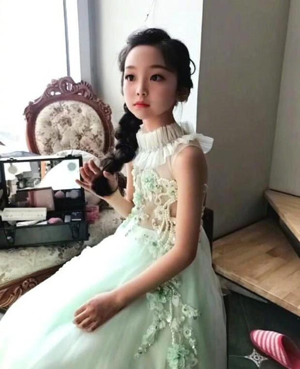 Cô em họ mới 10 tuổi của Phạm Băng Băng: Xinh như thiên sứ, còn thần thái đúng chất hậu sinh khả uý - Ảnh 6.