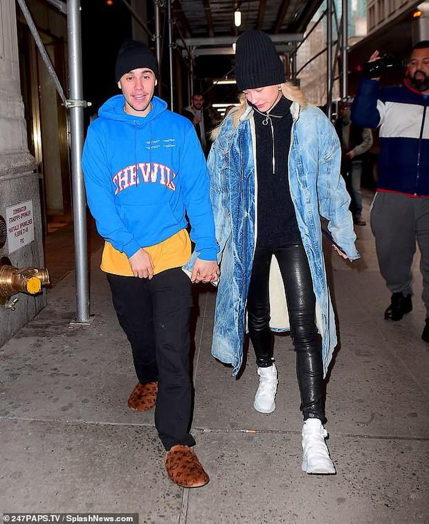 1 ngày trước khi rộ tin ly hôn, Justin Bieber và bà xã Hailey Baldwin xuất hiện bên nhau với thái độ đáng chú ý - Ảnh 4.