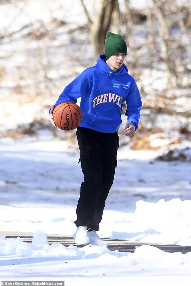 1 ngày trước khi rộ tin ly hôn, Justin Bieber và bà xã Hailey Baldwin xuất hiện bên nhau với thái độ đáng chú ý - Ảnh 7.