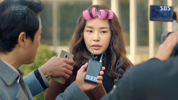 """Ngắm xì tai độc lạ của Hoa hậu đẹp nhất Hàn Quốc trong """"The Fiery Priest"""", đảm bảo đủ vitamin cười cho cả tuần! - Ảnh 2."""