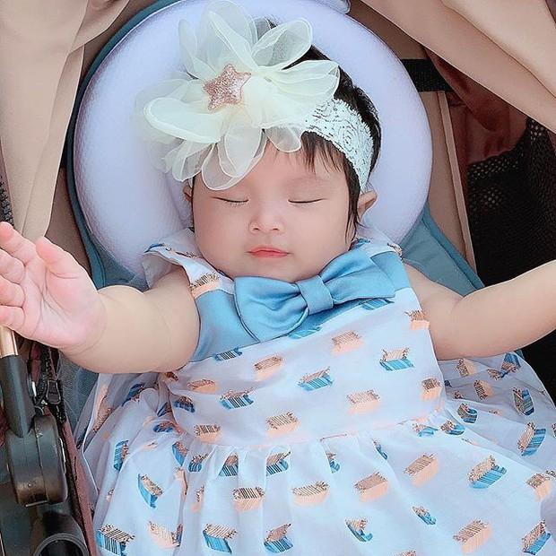 Chưa tròn 1 tuổi mà ba tiểu công chúa nhà sao Việt đã được dự đoán xinh đẹp, sành điệu hơn cả mẹ - Ảnh 1.