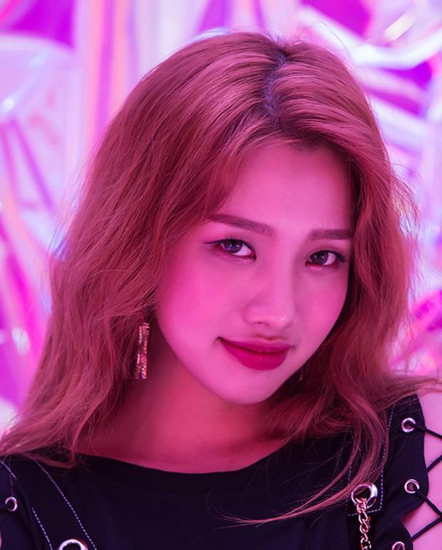 """2 idol Kpop người Việt có tạo hình """"ngầu bá cháy"""" trong teaser ra mắt đầu tiên - Ảnh 1."""