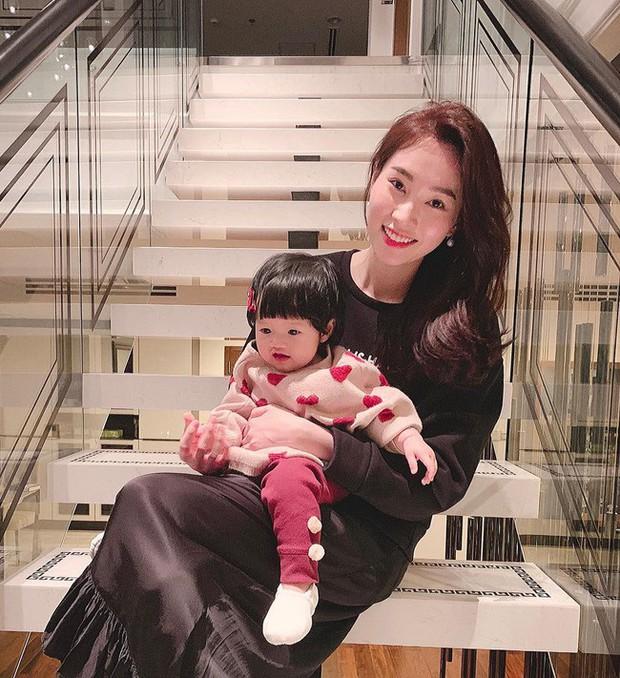 Chưa tròn 1 tuổi mà ba tiểu công chúa nhà sao Việt đã được dự đoán xinh đẹp, sành điệu hơn cả mẹ - Ảnh 6.