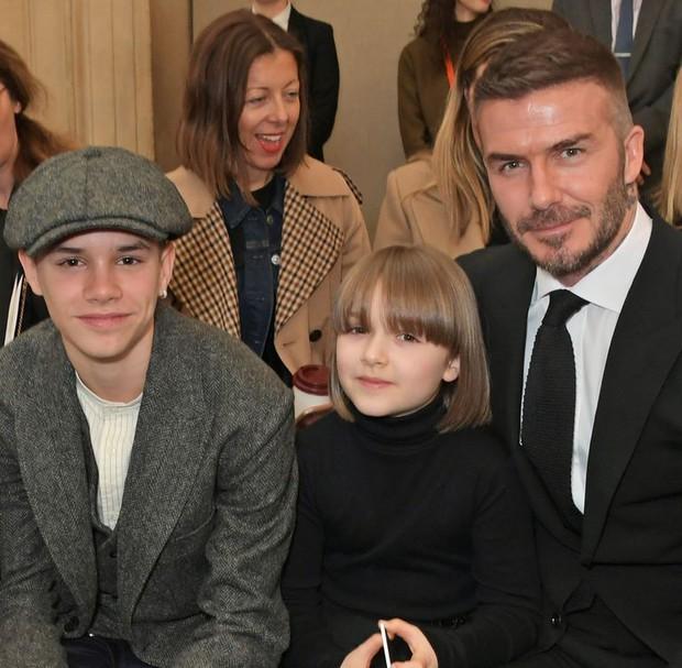 Ngồi ghế đầu dự show của mẹ Vic, bé Harper chiếm hết spotlight với diện mạo hệt như phiên bản nhí của Tổng biên tập Anna Wintour - Ảnh 3.