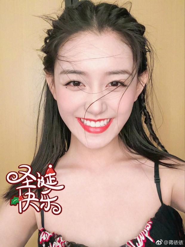 Nữ sinh gây sốt vì quá xinh đẹp trong ngày thi Đại học ở Trung Quốc, biết thân thế thật ai cũng ngỡ ngàng - Ảnh 7.