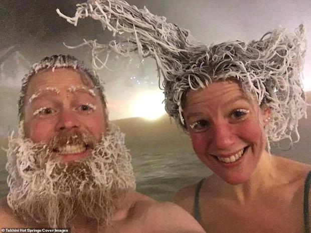 Cuộc thi tóc đóng băng quái dị tiếp tục khuấy đảo suối nước nóng Canada năm nay - Ảnh 4.