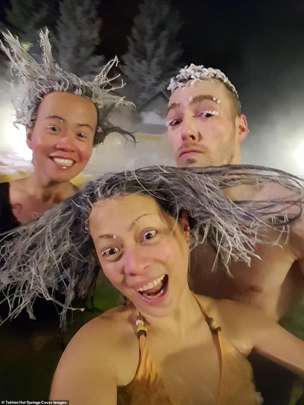 Cuộc thi tóc đóng băng quái dị tiếp tục khuấy đảo suối nước nóng Canada năm nay - Ảnh 6.