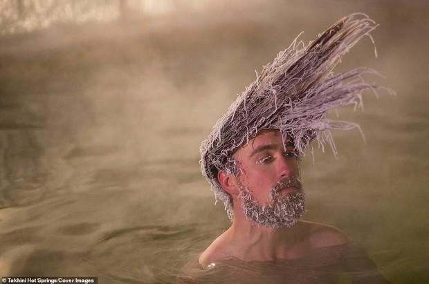 Cuộc thi tóc đóng băng quái dị tiếp tục khuấy đảo suối nước nóng Canada năm nay - Ảnh 2.