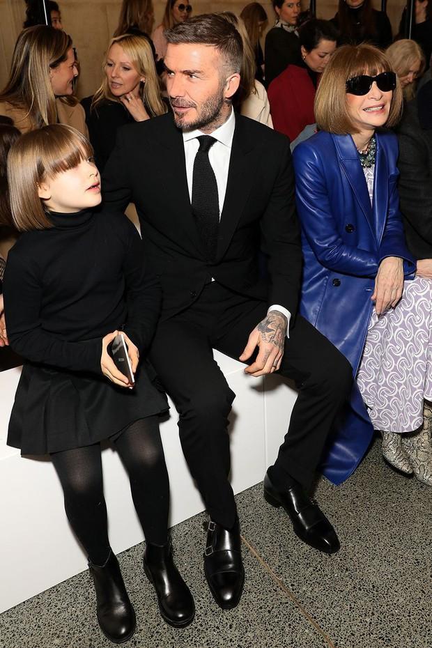 Ngồi ghế đầu dự show của mẹ Vic, bé Harper chiếm hết spotlight với diện mạo hệt như phiên bản nhí của Tổng biên tập Anna Wintour - Ảnh 4.