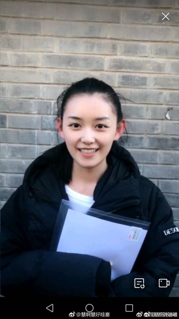 Nữ sinh gây sốt vì quá xinh đẹp trong ngày thi Đại học ở Trung Quốc, biết thân thế thật ai cũng ngỡ ngàng - Ảnh 1.