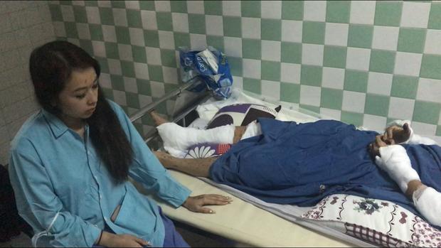Vụ nam Việt kiều bị tạt axit, cắt gân chân khi về quê ăn Tết: Anh trai nạn nhân vội vã rời khỏi Việt Nam không rõ lý do - Ảnh 2.