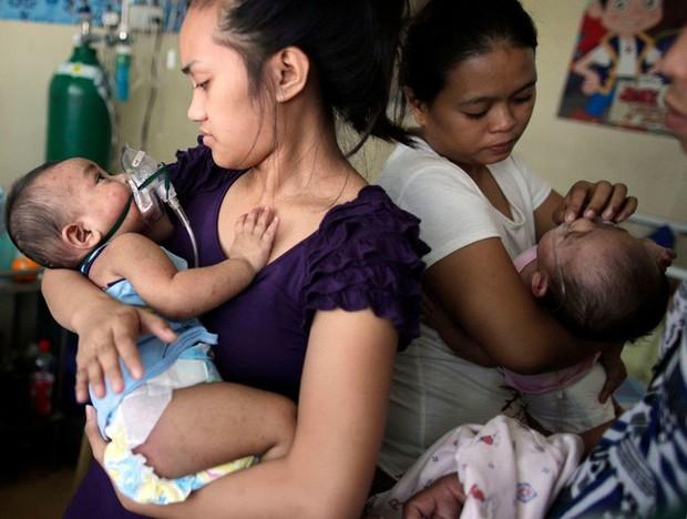 Nỗi sợ tiêm vắc - xin của các bậc cha mẹ khiến Philippines bị vây hãm trong đại dịch sởi, làm hàng chục trẻ em tử vong - Ảnh 1.