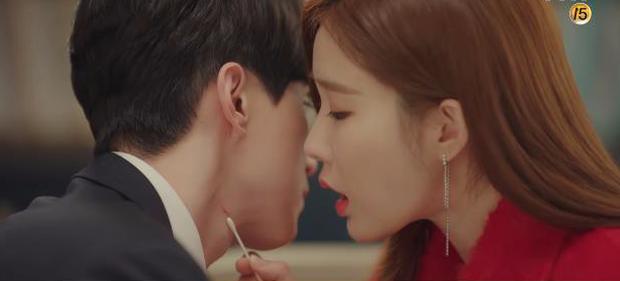 """Học lỏm bí kíp """"cua trai"""" của Yoo In Na với màn """"nhỡ chạm tay anh"""" siêu đỉnh trong Touch Your Heart - Ảnh 12."""