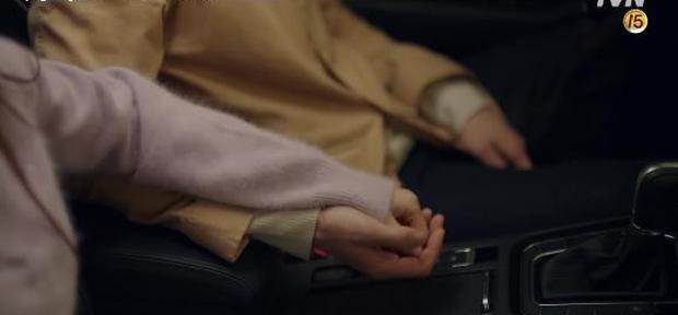 """Học lỏm bí kíp """"cua trai"""" của Yoo In Na với màn """"nhỡ chạm tay anh"""" siêu đỉnh trong Touch Your Heart - Ảnh 4."""