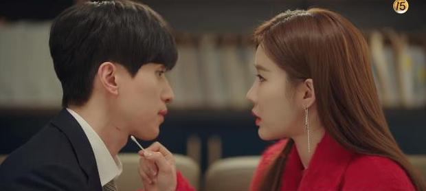 """Học lỏm bí kíp """"cua trai"""" của Yoo In Na với màn """"nhỡ chạm tay anh"""" siêu đỉnh trong Touch Your Heart - Ảnh 11."""