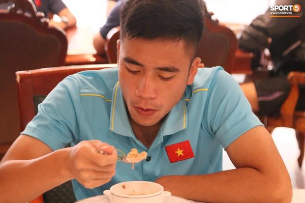 Tuyển thủ U22 Việt Nam thích thú với món ăn tại khách sạn Campuchia - Ảnh 5.