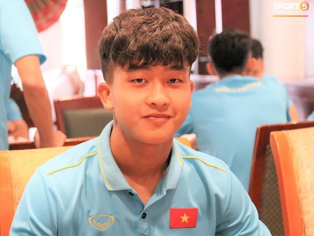 Tuyển thủ U22 Việt Nam thích thú với món ăn tại khách sạn Campuchia - Ảnh 3.