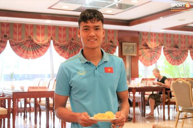 Tuyển thủ U22 Việt Nam thích thú với món ăn tại khách sạn Campuchia - Ảnh 4.