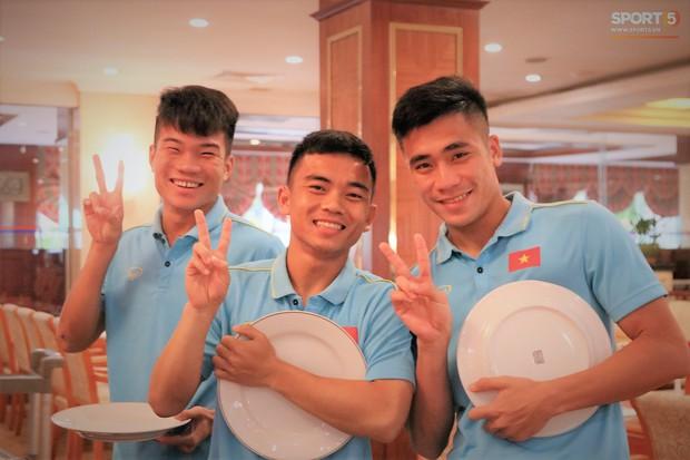 Tuyển thủ U22 Việt Nam thích thú với món ăn tại khách sạn Campuchia - Ảnh 2.