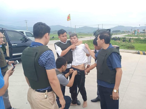 """Vây nhóm đối tượng mang ma túy và vũ khí nóng ở Hà Tĩnh, tóm được """"chàng rể"""" đánh mẹ vợ gãy xương - Ảnh 1."""