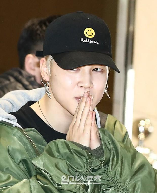 Em út mặt trắng bệch dẫn đầu đoàn BTS đọ sắc với Suho (EXO), mỹ nhân Seolhyun khoe dáng sang chảnh tại sân bay - Ảnh 4.