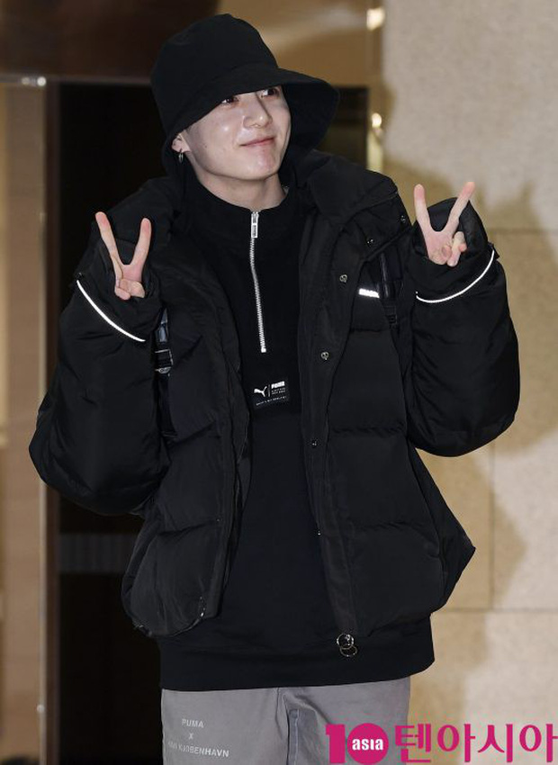 Em út mặt trắng bệch dẫn đầu đoàn BTS đọ sắc với Suho (EXO), mỹ nhân Seolhyun khoe dáng sang chảnh tại sân bay - Ảnh 8.