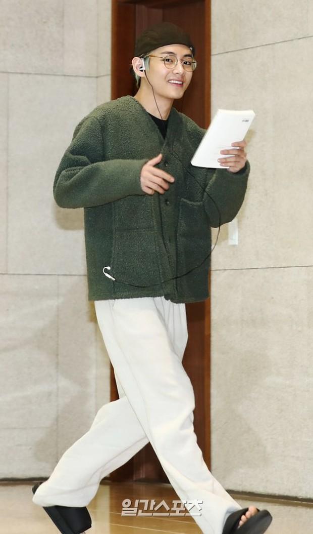 Em út mặt trắng bệch dẫn đầu đoàn BTS đọ sắc với Suho (EXO), mỹ nhân Seolhyun khoe dáng sang chảnh tại sân bay - Ảnh 11.